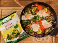Рецепта Зеленчуков микс с яйца и мариновани гъби от консерва на тиган